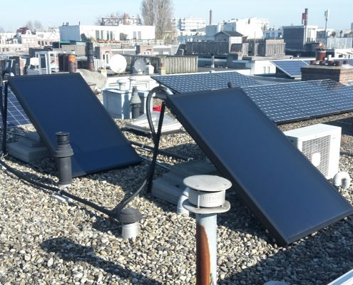 Een zonneboiler wordt van warmte voorzien door de collectoren.
